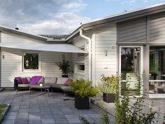 1-planhus i funkis och pulpettak. Avanti är ett hus med öppet mellan kök, vardagsrum och allrum. Backyard, Patio, Modern House Design, My House, Sweet Home, Villa, Deck, Live, Outdoor Decor