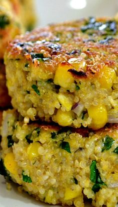 Quinoa and Corn Patties. Used garlic quinoa. Breadcrumbs only and bring together (moisture) with chimichurri sauce and oil. Veggie Recipes, Whole Food Recipes, Great Recipes, Vegetarian Recipes, Cooking Recipes, Favorite Recipes, Veggie Food, Cooking Tips, Corn Patties
