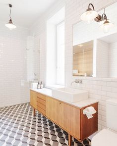 """121 gilla-markeringar, 5 kommentarer - Badrumsdrömmar (@badrumsdrommar) på Instagram: """"Ljuset! Teaken! Lamporna! Detta badrum av @lindabergroth är ständig inspiration för oss. Visat…"""""""