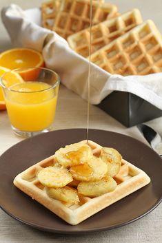 Vafle s opečeným banánom a pomarančovým maslom