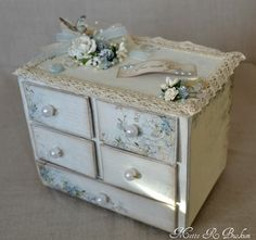 Beautiful soft and shabby box-draws ♥ Rustikalen Shabby Chic, Estilo Shabby Chic, Shabby Chic Crafts, Shabby Chic Furniture, Painted Furniture, Shabby Boxes, Altered Cigar Boxes, 3d Paper Crafts, Cardboard Crafts