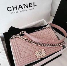 7218fe50e Chanel uploaded by Alyona Starickova on We Heart It. SapatosBolsa ChanelMochila  FemininaAcessórios ...