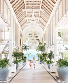 The Kelly Hoppen team achieved their vision of contemporary, paradise living transforming the luxury retreat, LUX* Grand Gaube in Mauritius. Design Entrée, Lobby Design, Villa Design, Design Trends, Mauritius Hotels, Maldives, Lux Grand Gaube, Bar Piscina, Hotel Interiors