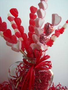 Love this Valentine's candy decor idea! The candy skewer bouquet is just so fun and different! Candy Bouquet Diy, Diy Bouquet, Bouquet Saint Valentin, Heart Shaped Candy, Valentine's Day, Chocolate Bouquet, Valentine Treats, Valentine Theme, Valentines Day Decorations