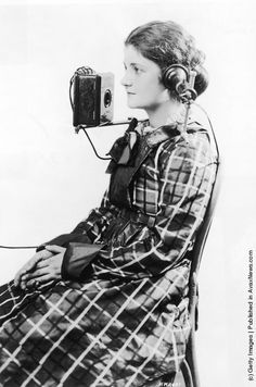 The first portable phone! The American Bell Telephone Company devised this portable headset, shown on a telephone operator in Photo: Hulton Archive, Getty Images / 2004 Getty Images Funny Vintage Pictures, Vintage Photos, Funny Pictures, Phone Lockscreen, Vintage Telephone, Old Phone, Historical Images, Vintage Humor, Black And White