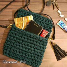 Маленькая сумочка бутылочно-зелёного цвета ждёт свою новую хозяйку! Длина 20см, высота 16см. #трикотажнаяпряжа #вяжукрючком #яумеювязать #сумочкиназаказ #клатчвязаный #ленточнаяпряжа #сумочкатекстильная #клатчтекстильный #вяжуназаказ #корзинкиизпряжи #трикотажныекорзинки #интерьерныекорзинки #borsaamaglia