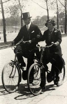 Onbekend | Jong gehuwd paartje gearmd op de fiets, Midden-Limburg, circa 1930. Hij met hoge hoed, zij met corsage.