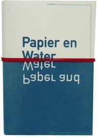 Het omslag van dit boek bestaat uit industrieel vilt, waarop normaal in een papierfabriek de natte pulp kan uitlekken. Al het papier van het...