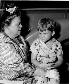 Aunt Bee with Opie - The Andy Griffith Show Barney Fife, Don Knotts, Tv Icon, The Andy Griffith Show, Vintage Television, Good Old Times, Great Tv Shows, Show Photos, Classic Tv
