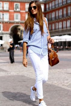 Como combinar tus pantalones blancos / How to combine your white pants Blue Striped Shirt Outfit, Outfits With Striped Shirts, White Sneakers Outfit, Blue And White Striped Shirt, White Jeans Outfit, Outfits With Converse, White Pants, Sexy Outfits, Trendy Outfits