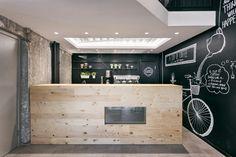 Дизайнерский интерьер кофейни с авторской росписью стен, Сербия