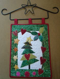 Christmas Patchwork, Christmas Quilt Patterns, Christmas Sewing, Felt Christmas Decorations, Christmas Banners, Christmas Ornaments, Christmas Projects, Holiday Crafts, Quilt Wall Hangers