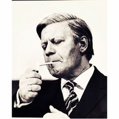 … oder irgendwann auf Zigaretten umgestiegen ist. | 19 Fotos, für die Du Helmut Schmidt für immer cool finden wirst