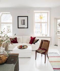 Annan ja Kimin olohuoneen seinällä on kehystettynä Annan Pariisista ottama valokuva. Etualalla näkyvä vanha tuoli odottaa verhoilua. Sohva ja rahi ovat Ikeasta.