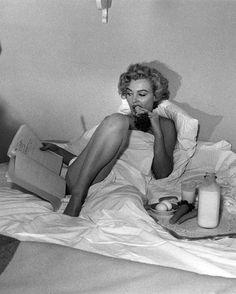 Marilyn Monroe reading in bed
