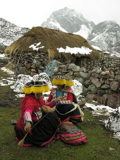 Quechua natives at the footsteps of Ausangate Peak in Cordillera Vilcanota, Peru (by David Ducoin). They are spinning wool! We Are The World, People Around The World, Travel Around The World, Wonders Of The World, Around The Worlds, Machu Picchu, Bolivia, Chile, Costumes Around The World
