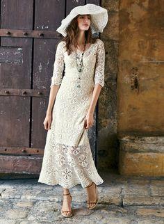 Ein Hingucker für romantische Anlässe und Sommerfeste. Das bezaubernde Pima-Kleid ist von peruanischen Kunsthandwerkerinnen in einem komplizierten Netz aus Gänseblümchen meisterhaft handgehäkelt, liegt oben eng an und ist zum Saum hin leicht ausgestellt; ¾-Ärmel mit Bogenrandkante und Picot-Kante an Rundhalsausschnitt und wellenförmigem Saum. Atemberaubend in Perlweiß; hinreißend in Schwarz.