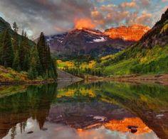 Os majestosos picos Maroon Bells das montanhas Elk, em Aspen, USA