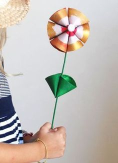 Flower in rolls of toilet paper Diy Fleur, Flower Making, Activities For Kids, Origami, Recycling, Flowers, Crafts, Flower Paper, Toilet Paper