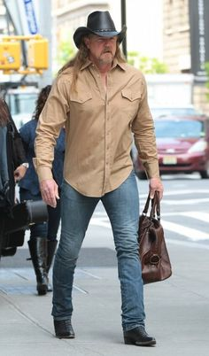 Trace Adkins Photos - Celebs hang out at the Trump SoHo Hotel on May Pictured: Trace Adkins - Celebs Spotted Outside the Trump Hotel Best Country Music, Country Music Artists, Country Music Stars, Country Men, Country Songs, Country Girls, Trace Adkins Songs, Musica Country, Country Girl Quotes