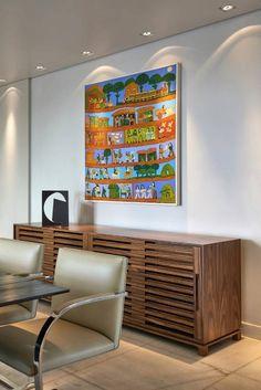 Buffet em madeira e tela de Antônio Poteiro: Sala de jantar translation missing: br.style.sala-de-jantar.moderno por Fernanda Sperb Arquitetura e interiores