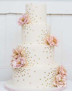 pra quem optou pelo estilo romântico, um bolo com flores ou mesmo com um…