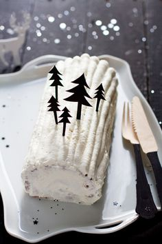 ~ Buche forêt noire ~ Perhaps I'll make my vegan cake, frost & fill it with coconut cream frosting & decorate with chocolate Xmas trees. Xmas Food, Christmas Sweets, Christmas Cooking, Noel Christmas, Christmas Goodies, Christmas Colors, Winter Christmas, Christmas Cakes, Party Fiesta