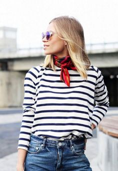 A breton tee and a red silk necktie are the perfect combination: a great daytime look!