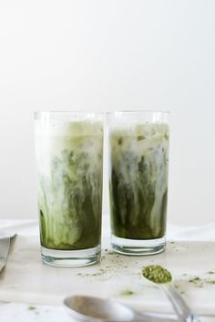 This ultimate guide to matcha tea has all you need to know about matcha green tea! What is matcha, matcha health benefits, & choosing the best matcha tea. Matcha Milk, Matcha Green Tea, Yummy Drinks, Yummy Food, Juice Drinks, Delicious Recipes, Smoothies, Enjoy Your Meal, Bebidas Detox