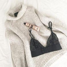 Tricot  bralette  crème à mains = cozy mardi  Bonne journée! #lookdujour #ldj #knits #knitwear #bra #lingerie #cozy #auchaud #winter #fashion #style #instadaily #regram  @theoliviasway