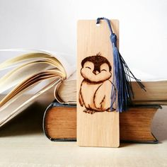 "Zmaja PyroArt op Instagram: ""Jedan zimski bookmarker, da vas otopi kad zahladi 🐧 #bookmark #bookworm #readingtime #pyrography #idejezapoklon #novogodisnjipokloni…"" Wood Burning Crafts, Wood Burning Patterns, Wood Burning Art, Wooden Crafts, Diy And Crafts, Arts And Crafts, Diy Wood Projects, Art Projects, Pyrography Patterns"