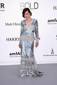 Milla Jovovich con vestido de manga larga en plata metalizada, de Elie Saab.