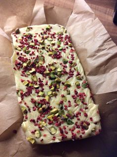 Simple recipe for slow cooker white chocolate fudge with pistachio and raspberry, perfect for festive homemade edible gifts. Make your own fudge and share with coworkers, friends and family over the holidays. Fudge Recipes, Candy Recipes, Baking Recipes, Dessert Recipes, Slow Cooker Fudge, Slow Cooker Recipes, Crockpot Recipes, Xmas Food, Christmas Cooking