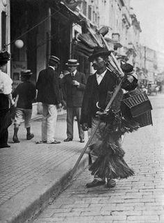 Vendedor de vassouras em rua do centro da cidade, c. 1910, São Paulo – SP. (Vincenzo Pastore/Acervo Instituto Moreira Salles)