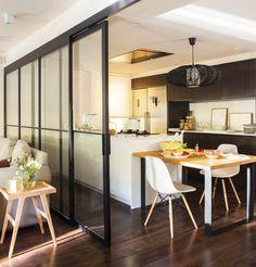 cocina blanca abierta al salón con correderas de cristal 00444959