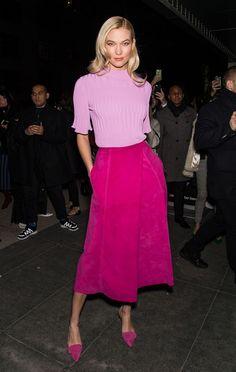 Auf der Fashion Show von Designerin Carolina Herrera entschied sich Model Karlie Kloss bei ihrem Front-Row-Look für eine angesagte Farbkombination aus pinkem Samtrock und fliederfarbenem Strickoberteil. Erfrischend und knallig, ohne übertrieben zu wirken. (Bild: Getty Images)