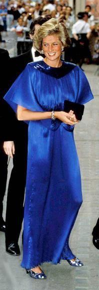 Diana Photos - Diana Princess of Wales royal blue gown Princess Diana Dresses, Princess Diana Fashion, Princesa Diana, Princess Charlotte, Princess Of Wales, Royal Princess, Rose Queen, Diane, Lady Diana Spencer