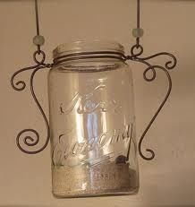 Make DIY Moroccan-Style Lanterns From Old Mason Jars These DIY lanterns are easy to make, stylish and versatile. Wire Hanger Crafts, Wire Crafts, Metal Crafts, Mason Jar Projects, Mason Jar Crafts, Bottle Crafts, Pot Mason, Mason Jars, Diy Jars