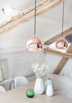 Combinatie van helder wit, natuurlijk hout en industrieel koper: love it!!