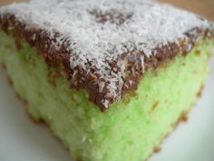 torta cocco menta e nutella || An Italian classic, this mint cake is topped with Nutella and coconut. Unfortunately, the recipe is in Italian. Maybe soon I'll post a translated recipe. :)