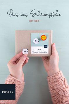 Wandelt eure Zeichnungen in wunderschöne Pins aus Schrumpffolie mit diesem Zauberhaften DIY Set um. Alle notwendigen Materialien sind dabei. Diy Trend, Baby Favors, Homemade, Drawing S, Tutorials