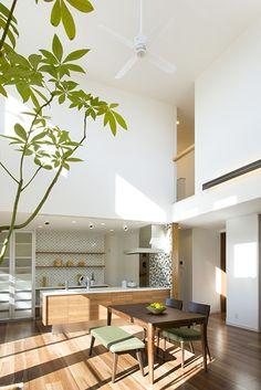 光の降り注ぐ心地よいリビングダイニング。|キッチン|アイランド|インテリア|カウンター|タイル|モダン|ダイニング|おしゃれ|壁面収納|ウッド|リビング|かわいい|シーリングファン|