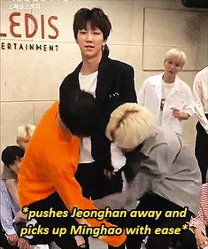 Cause he's does it all the time Junhao ships know what I'm talking about * winking face * Jun and Minghao Woozi, Mingyu, K Pop, Seventeen Minghao, Seventeen Junhui, Astro Sanha, Nct, Day6 Sungjin, Vernon Chwe