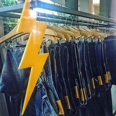 Reconhece esse raio? Ele volta com tudo em 2017! A @zoompbrasil retorna à cena com seus famosos jeans e também com coleção completa ready-to-wear feminina e masculina. A marca apresenta hoje sua coleção outono/inverno 2017 em São Paulo em uma casa projetada por Oscar Niemeyer. As peças estarão à venda a partir de março em multimarcas do país (via @lauraancona e @camilalimaq). #azoompvoltou  via MARIE CLAIRE BRASIL MAGAZINE OFFICIAL INSTAGRAM - Celebrity  Fashion  Haute Couture  Advertising…