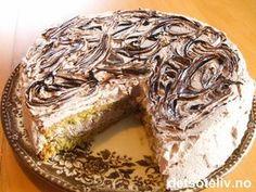 Her har du en kjempenydelig kake som består av en myk mandelkake (uten hvetemel) som fylles og dekkes med lys sjokoladekrem. Sjokoladekremen lages lettvint med pisket krem som blandes med ferdigkjøpt sjokoladesaus på flaske. Sjokoladesaus blir også lekkert som pynt på denne kaken. Let Them Eat Cake, Meatloaf, Banana Bread, Nom Nom, Cake Recipes, Food And Drink, Sweets, Snacks, Baking