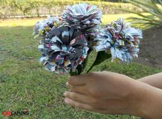 Cara membuat bunga dari majalah bekas