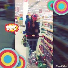 Mulher aranha fazendo compras com sua Abicatori