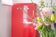 Wie droomt er nou niet van een Smeg koelkast? Bij Zus aan Zee worden je dromen werkelijkheid ;) B & B, Glass Vase, Home Decor, Homemade Home Decor, Interior Design, Home Interiors, Decoration Home, Home Decoration, Home Improvement