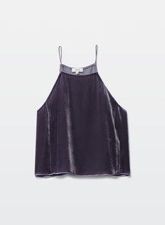 Top en terciopelo oscuro y de tirantes. Compensa el volumen grueso de la tela al ser oscuro y enseñar hombros.