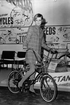 Vintage Celebrities Cycling in Style Mod Fashion, 1960s Fashion, Vintage Fashion, Hijab Fashion, 60s Vintage Clothing, Vintage Outfits, Estilo Hipster, Jean Shrimpton, Androgynous Look